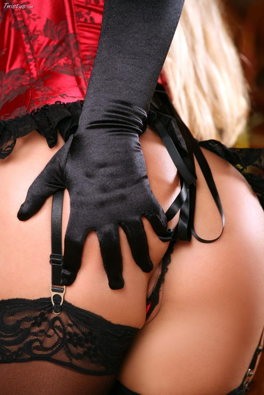 Девушки в эротических перчатках